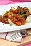 De goelasj van de lever op aardappel met wortel Stock Afbeeldingen