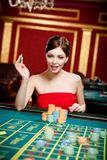De gok van het meisje bij het casino royalty-vrije stock afbeelding