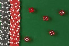 De gokkende spaanders en dobbelen achtergrond Royalty-vrije Stock Fotografie