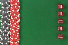 De gokkende spaanders en dobbelen achtergrond Stock Foto