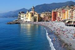De golf en het strand van Camogli Italië Stock Afbeelding
