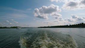 De golf maakte de boot op de rivier Een staart van een spoor van riverboat op vleugelboot op een oppervlakte van het water op stock footage
