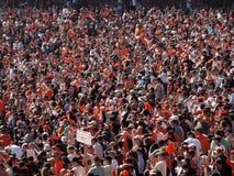 De golf oranje vodden en toejuiching van reuzenventilators om team te verzamelen stock foto