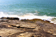 De golf raakt de rots, Sri Lanka Royalty-vrije Stock Foto