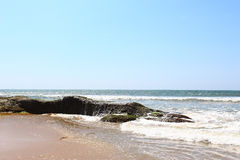 De golf raakt de rotsen, Sri Lanka Royalty-vrije Stock Afbeeldingen