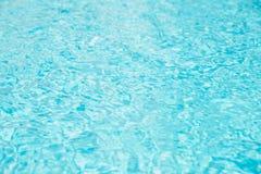 De golf van het zwembadwater met zonbezinningen royalty-vrije stock foto's