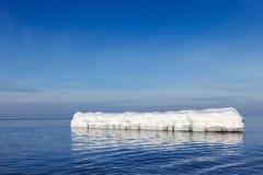 De golfbreker in de vorm van een ijsberg in een Zonnige de winterdag Royalty-vrije Stock Fotografie