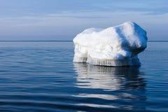 De golfbreker in de vorm van een ijsberg in een Zonnige de winterdag Stock Foto's