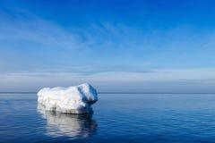 De golfbreker in de vorm van een ijsberg in een Zonnige de winterdag Stock Foto