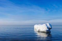 De golfbreker in de vorm van een ijsberg in een Zonnige de winterdag Royalty-vrije Stock Foto