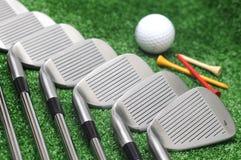 De golfclub, het T-stuk en de golfbal van de reeks og. Stock Fotografie