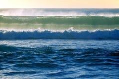 De golfonderbrekingen van de branding in de oceaan stock fotografie