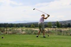 De golfspeler die van de dame bal raakt Stock Fotografie