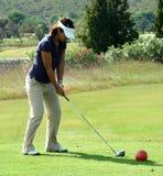 De golfspeler die van de dame weg teeing. Stock Afbeelding