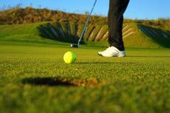De golfspeler en de golfbal stock foto