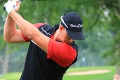 De golfspeler Henrik Stenson bereidt een Golfschommeling voor stock foto
