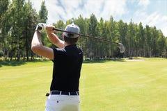De golfspeler raakt fairway naar het clubhuis dat wordt geschoten royalty-vrije stock foto