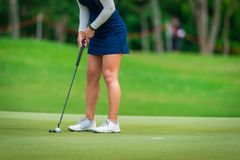 De golfspeler teeing weg golfbal door golfclub van de concurrentiespel van het T-stukgolf stock fotografie
