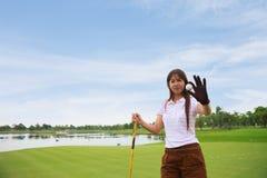 De golfspeler toont golfbal Royalty-vrije Stock Fotografie