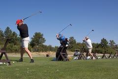 De golfspelers op Praktijk strekken zich uit Royalty-vrije Stock Foto's