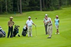 De golfspelers van de groep op golf feeld Stock Afbeeldingen