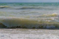 De golven bij de kust Royalty-vrije Stock Fotografie