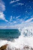 De golven die op een steenachtig strand breken Royalty-vrije Stock Afbeelding