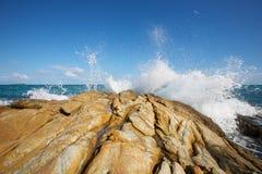De golven die op een steenachtig strand breken Royalty-vrije Stock Fotografie