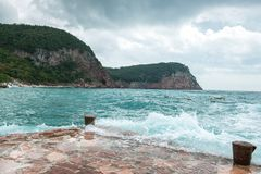 De golven die op een steenachtig strand breken, die een grote nevel vormen royalty-vrije stock foto