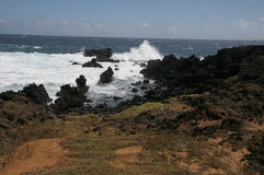 De golven die op rotsen bij Ka Lae verpletteren, kennen ook als Zuidenpunt, Hawaï Royalty-vrije Stock Fotografie