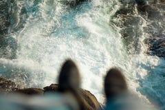 De golven die over de rots vechten royalty-vrije stock fotografie