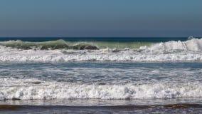 De golven die van de Atlantische Oceaan op zandstrand breken in Agadir, Marokko, Afrika royalty-vrije stock afbeelding