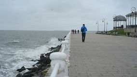 De golven die van de Zwarte Zee de Constanta-kust, mensen het lopen wassen stock videobeelden