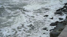 De golven die van de Zwarte Zee de Constanta-kust wassen stock footage