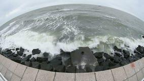 De golven die van de Zwarte Zee de Constanta-kust wassen stock videobeelden