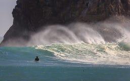 De golven die van surferogen met sterke zeewind een lange nevel opheffen Stock Afbeeldingen