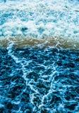 De golven en de plonsen van water erachter Stock Afbeeldingen