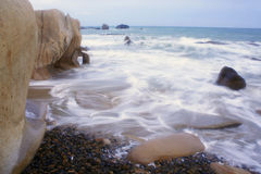 De golven en het rotsachtige strand Stock Foto