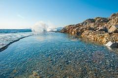 De golven raken de harde oppervlakte van concrete plakken royalty-vrije stock foto's