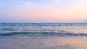 De golven raken het strand, het overzees in de avond, de bittere hemel stock footage