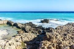 De golven slaan op de rotsachtige kust Stock Fotografie