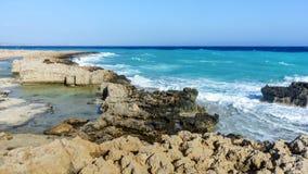 De golven slaan op de rotsachtige kust Royalty-vrije Stock Foto's