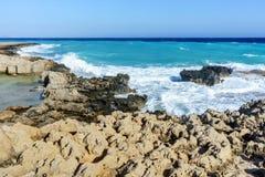 De golven slaan op de rotsachtige kust Stock Afbeeldingen