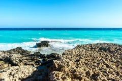 De golven slaan op de rotsachtige kust Royalty-vrije Stock Fotografie