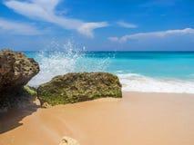 De golven slaan op de stenen met plonsen royalty-vrije stock foto's