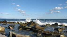 De golven slaan tegen stenen, een somber landschap Royalty-vrije Stock Foto