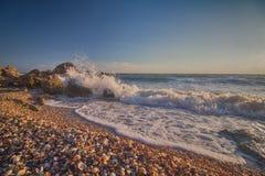 De golven stoten tegen rotsen Stock Foto's