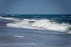 De golven van de Atlantische Oceaan op de kust Stock Afbeeldingen