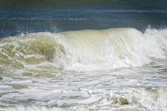 De golven van de Atlantische Oceaan op de kust Royalty-vrije Stock Fotografie