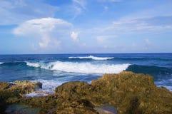 De golven van de oceaan stock afbeelding